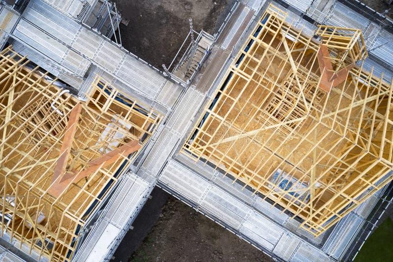 Trätakbråckbandstrålar under konstruktionsbyggnad av en flyg- sikt för hus arkivbilder