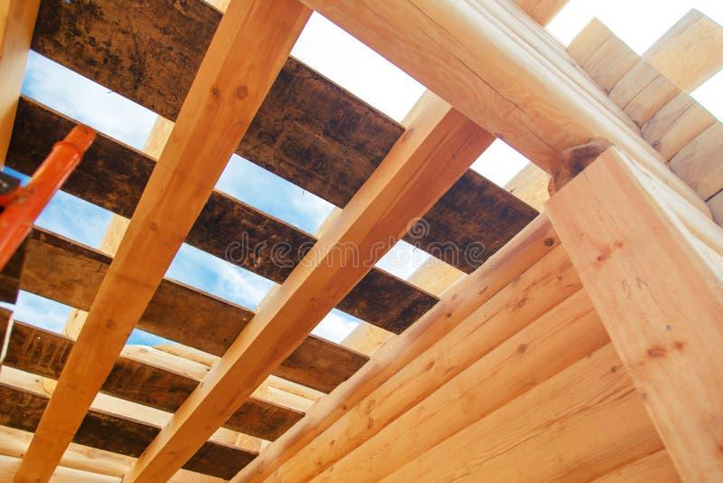 Trätaksparrar mot den blåa himlen i hus under konstruktion arkivbild