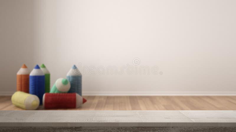 Trätappningtabellöverkant eller hyllacloseup, zenlynne, över suddig tom barnkammare för barnrum med välfyllda kulöra blyertspenno arkivbild