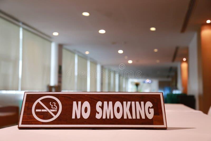 Trätecken för inget - röka royaltyfri bild