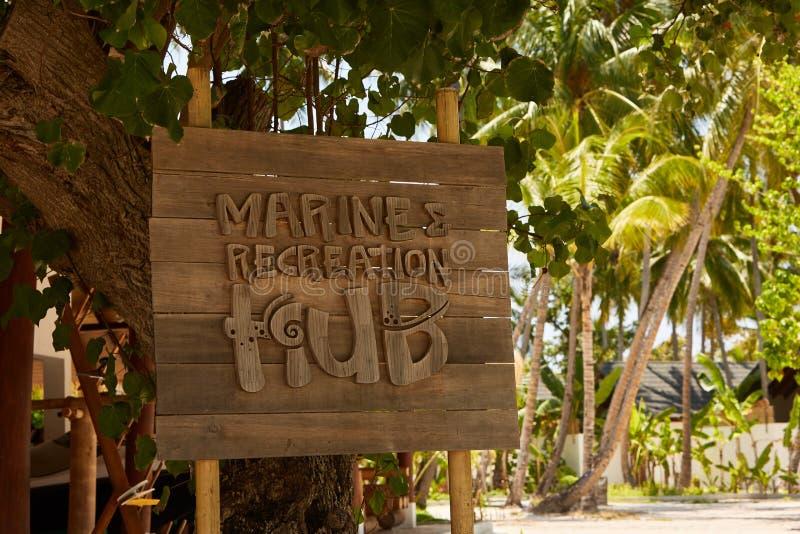 Trätecken för marin- rekreationnav med tropiska palmträd på bakgrund arkivbilder