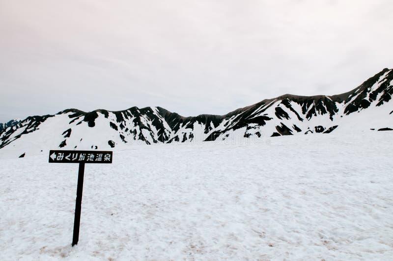 Trätecken på snöslinga av Tateyama Kurobe den alpina rutten, Toyam arkivfoto