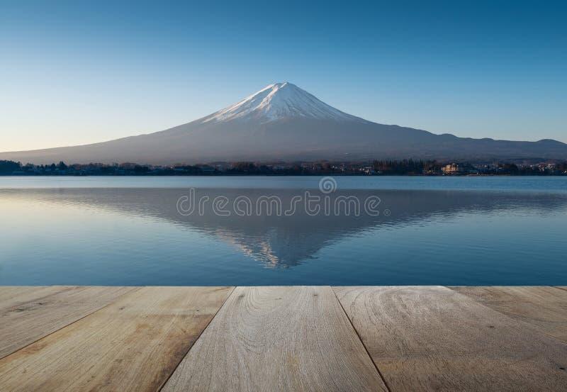 Träterrass och Mount Fuji i ottan med reflexion royaltyfria bilder