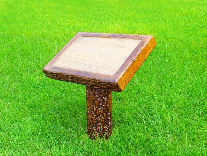 Trätomt tecken på gräs arkivbild