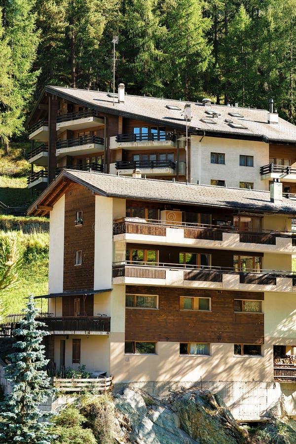 Trätraditionell schweizisk chalet i berg av Zermatt royaltyfria bilder