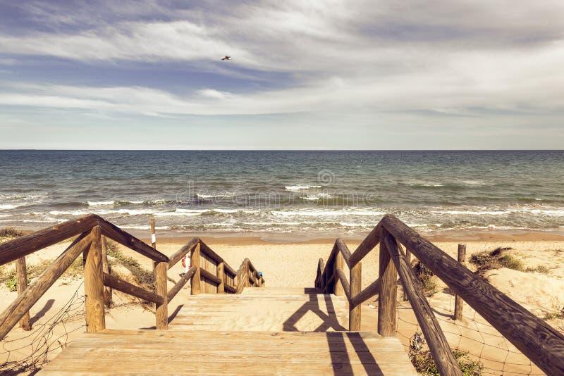 Trätrappa ner som ödelägger stranden Alicante spain arkivfoton
