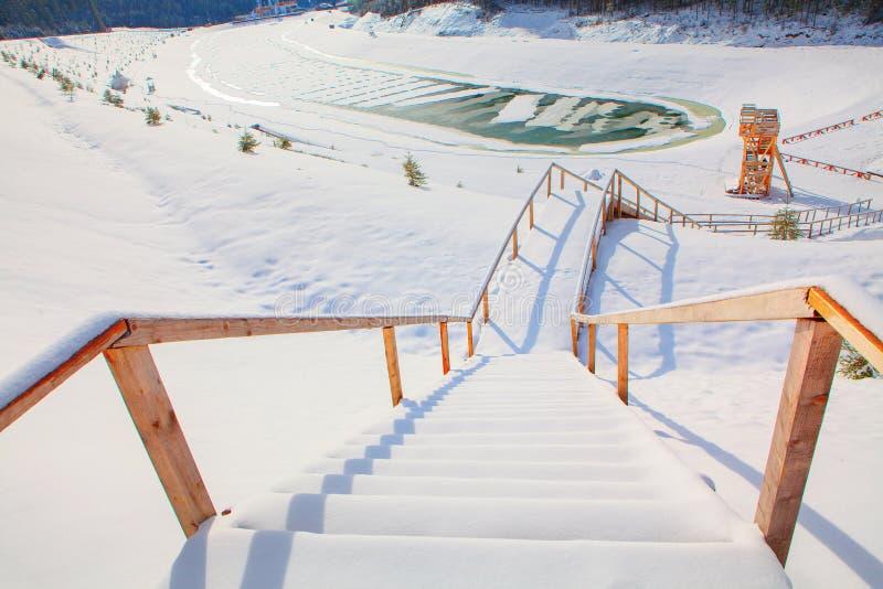 Trätrappa som täckas av snö royaltyfria foton
