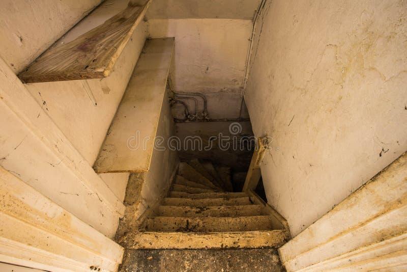 Trätrappa till den läskiga mörka källaren royaltyfria bilder