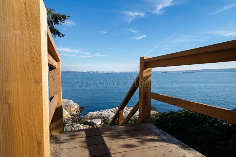 Trätrappan som ner leder till kusten på fyren, parkerar, västra Vancouver, Kanada royaltyfria foton