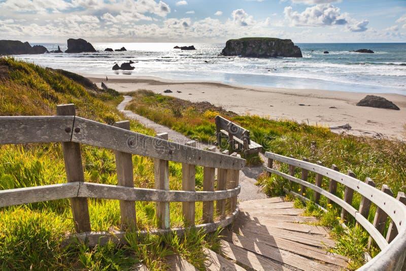 Trätrappuppgång som leder till den Bandon stranden, Oregon, USA royaltyfria foton