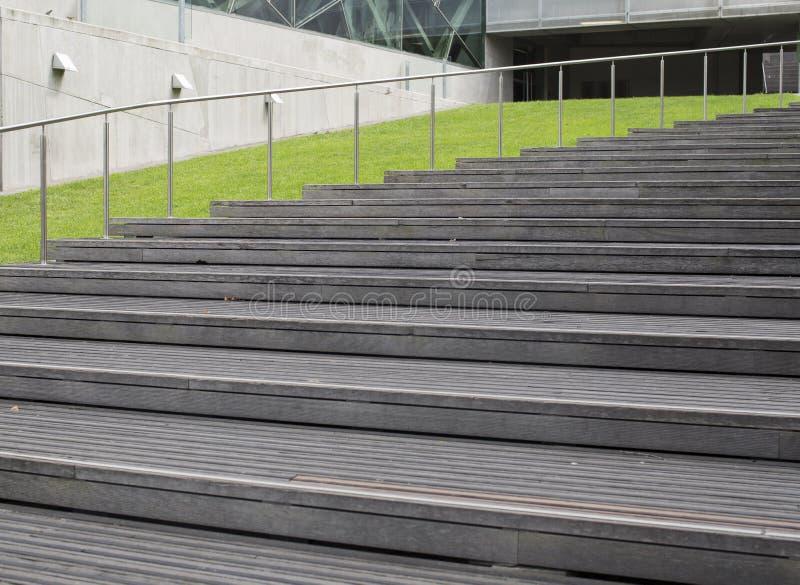 Trätrappuppgång som uppåt röra sig i spiral bredvid gräs arkivbilder