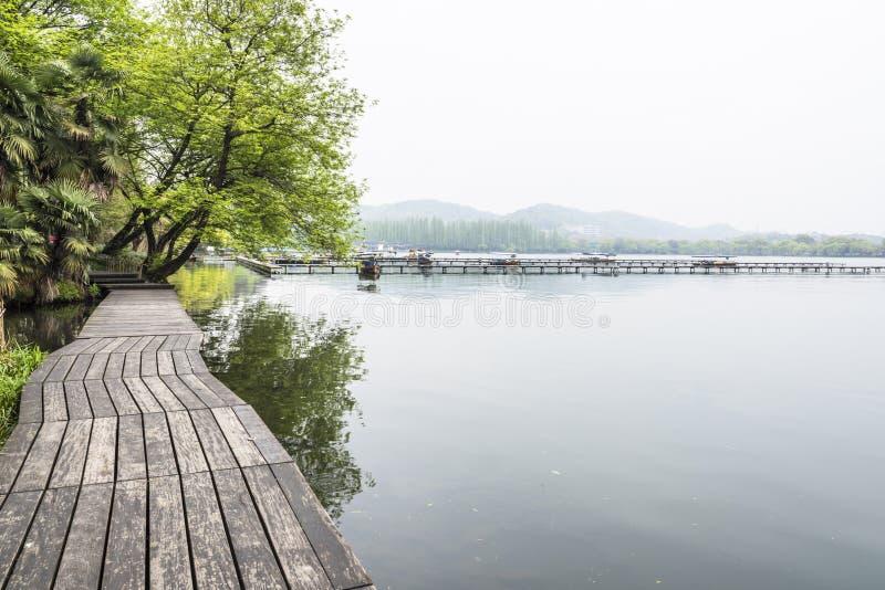 Trätrottoaren längs sjön royaltyfri foto