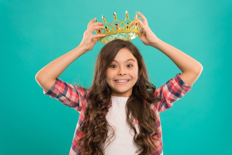 Träume kommen zutreffend Kind tragen goldenes Kronensymbol von Prinzessin Nette Baby-Kleidungs-Krone des Mädchens während blauer  stockfotos