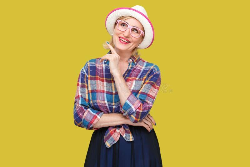 Tr?umen ?ber etwas sch?n Portr?t der modernen stilvollen reifen Frau des toothy smiley in der zuf?lligen Art mit dem stehenden Hu lizenzfreies stockfoto