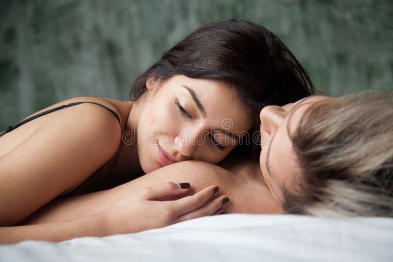Träumen der Frau, die den romantischen Moment liegt auf Mannschulter genießt stockbilder