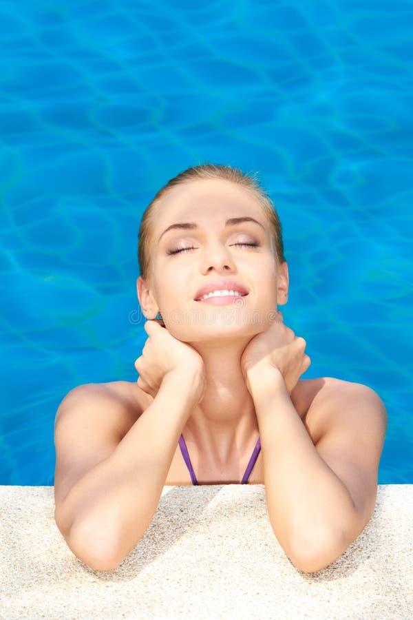 Träumen der Frau im Swimmingpool stockbild