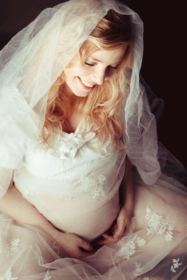 Träumen der schwangeren Frau lizenzfreie stockfotos