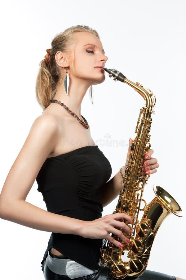 Träumen der sinnlichen reizvollen Blondine mit Saxophon stockbild