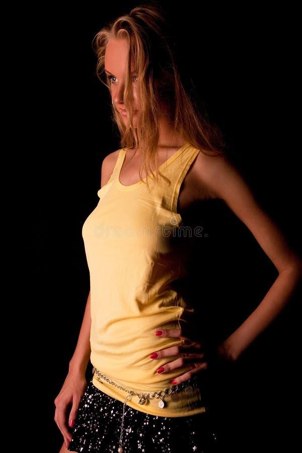 Träumen des blonden Mädchens mit sinnlichem Blick lizenzfreies stockfoto