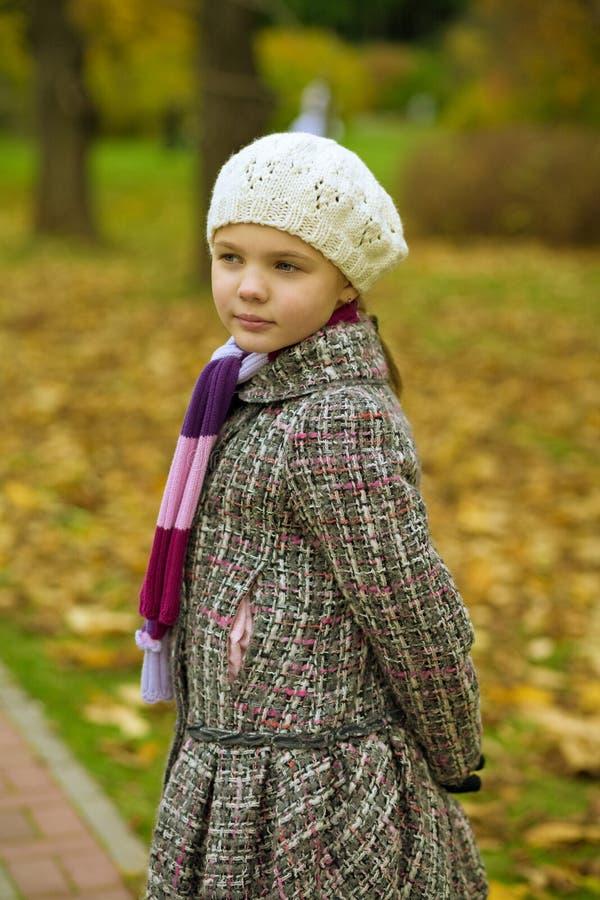 Träumen des jungen kleinen blonden Mädchens stockfoto