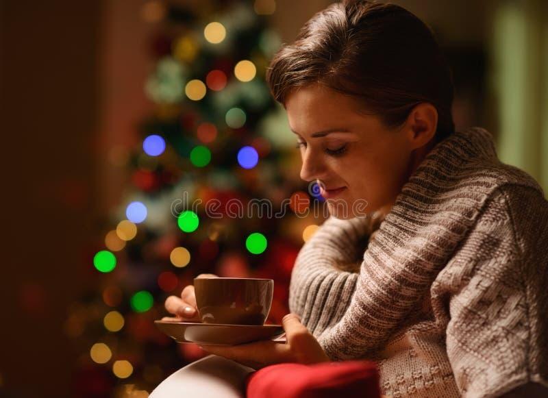 Träumen des sitzenden Stuhls der Frau mit heißer Schokolade lizenzfreies stockfoto