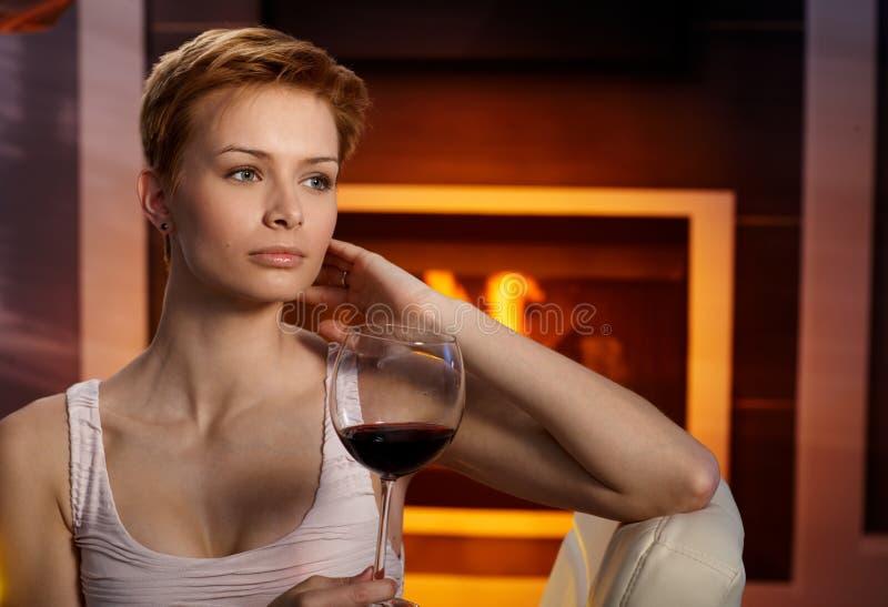 Träumende Frau mit Glas Wein stockfoto