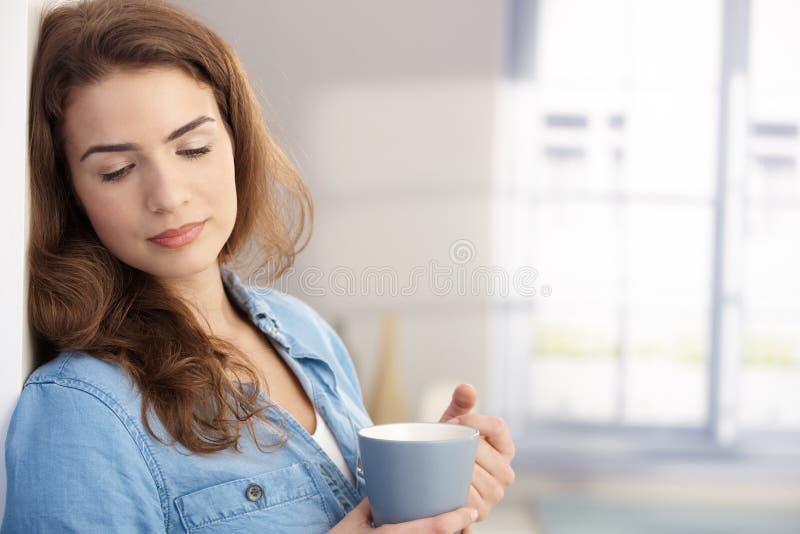 Träumender trinkender Tee der hübschen Frau lizenzfreies stockfoto