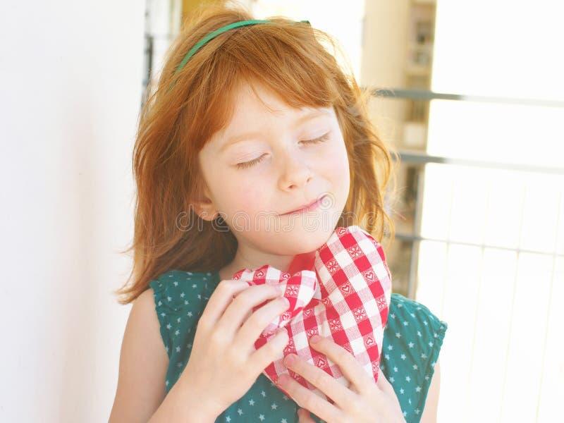 Träumendes kleines Mädchen lizenzfreies stockbild