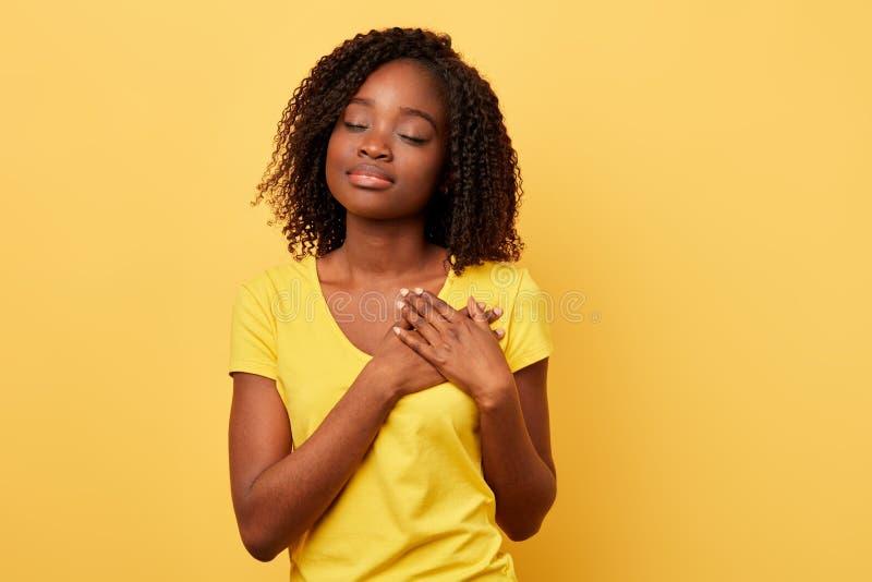 Träumendes Mädchen mit Palmen auf ihrem Kasten denkend an ihren Freund stockfoto