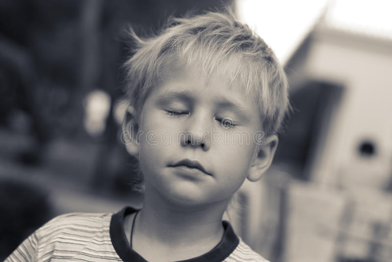 träumer Schöner Junge, seiner mustert geschlossenes stockfotografie