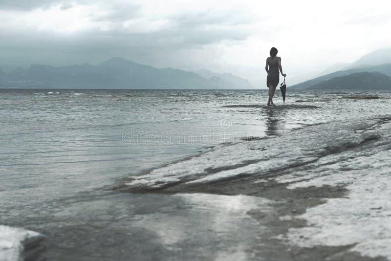 Träumerfrau betrachtet Unendlichkeit an einem stürmischen Tag lizenzfreies stockfoto