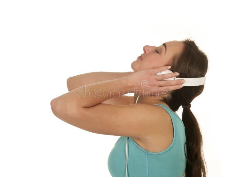 Träumerische Frau mit Kopfhörern lizenzfreie stockfotografie