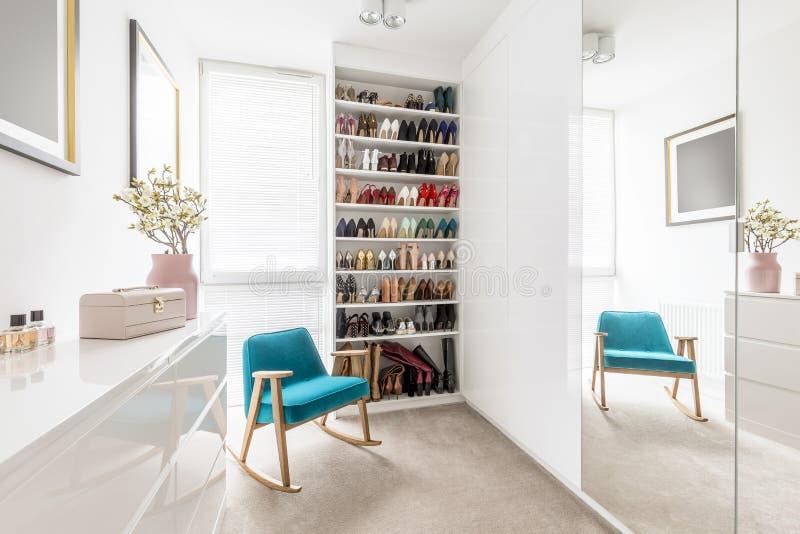 Träumerische Garderobe mit Schuhwandschrank stockbilder