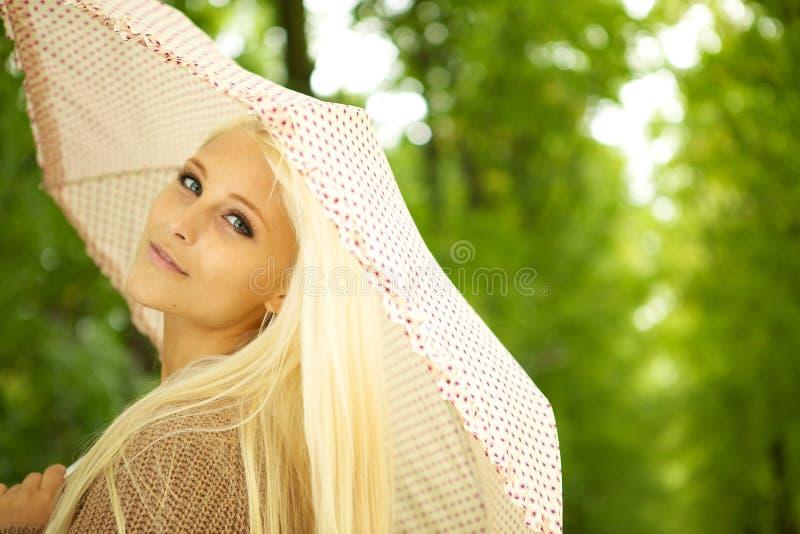 Träumerische junge Frau im Park stockfotos