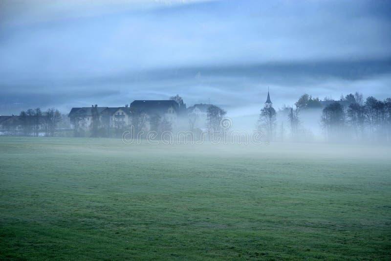 Träumerische Landschaft verloren im starken Nebel, Valle di Casies stockfotografie