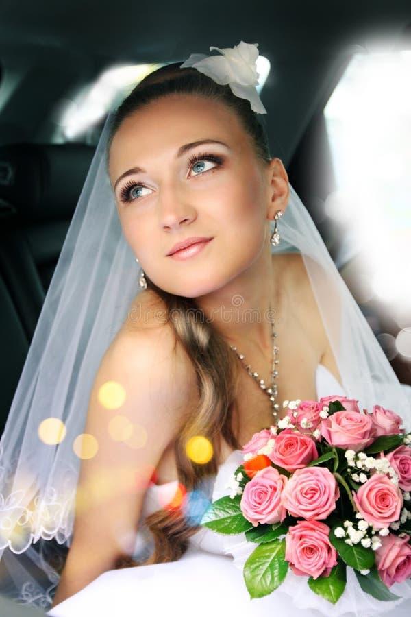Download Träumerische schöne Braut stockbild. Bild von blumenstrauß - 27728473