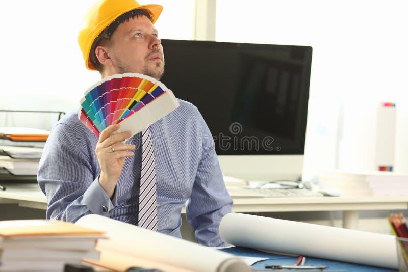 Träumerischer Architekten-Designer Holding Colour Swatches stockfoto