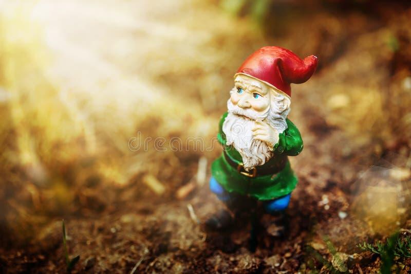Träumerischer Gartenzwerg stockfoto