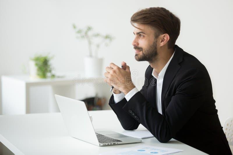 Träumerischer Geschäftsmann, der an Planungszukunft der Geschäftsidee an denkt stockbild