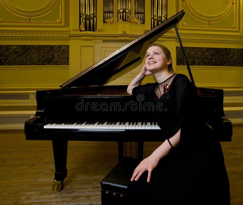 Träumerischer lächelnder Pianist lizenzfreies stockfoto