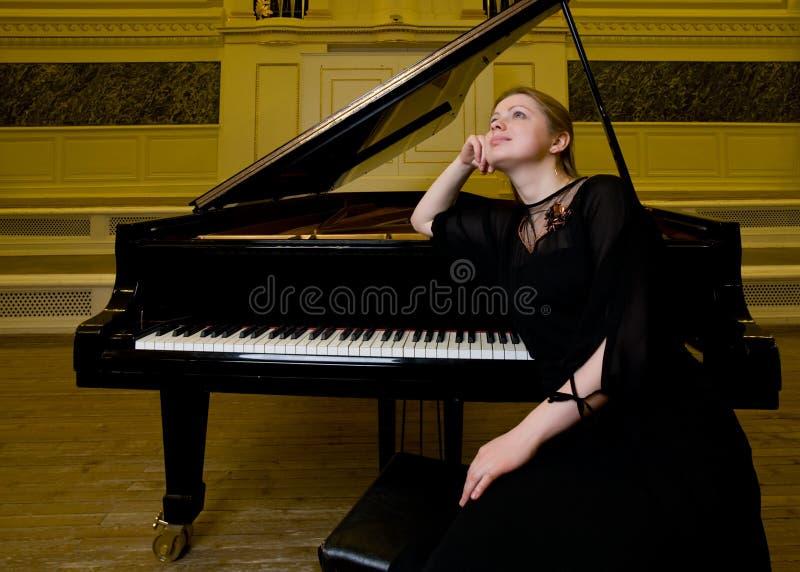 Träumerischer lächelnder Pianist stockbild