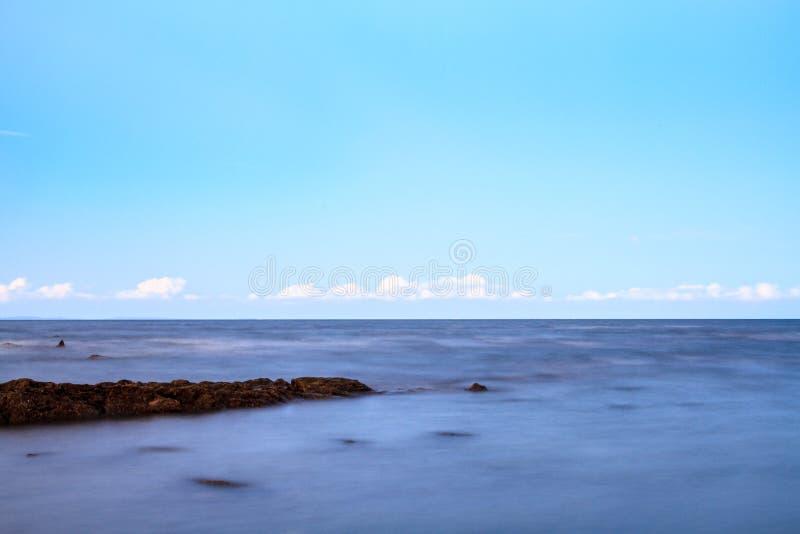 Träumerischer Ozean unter blauem Himmel lizenzfreie stockbilder