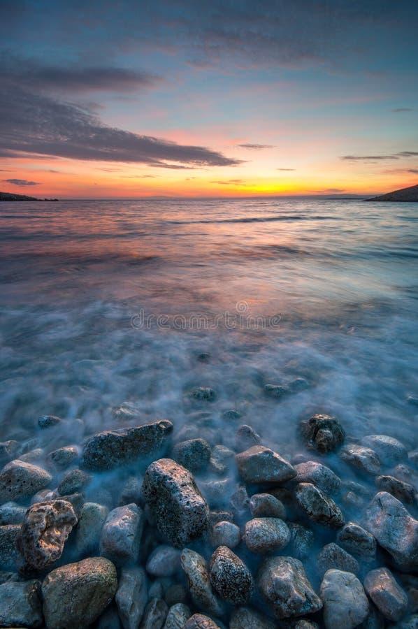 Träumerischer Sonnenuntergang am Strand stockbild