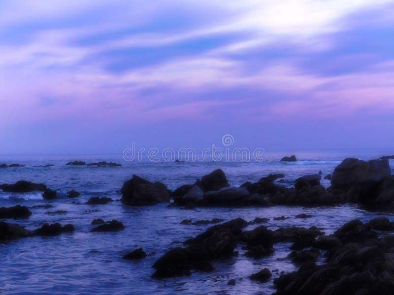 Tr?umerischer violetter Strandabend stockfoto