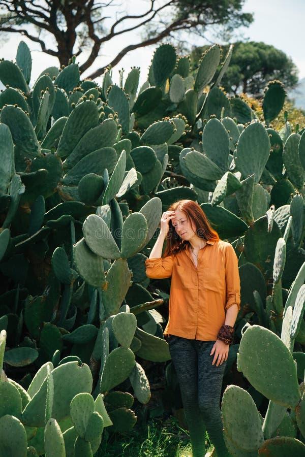 Träumerisches Frauenporträt in der Wüstenkaktusanlage lizenzfreie stockfotos