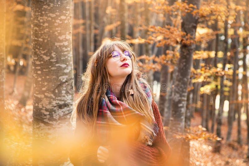 Träumerisches junges Mädchen im Herbst, Fallschuß im Freien lizenzfreie stockfotografie