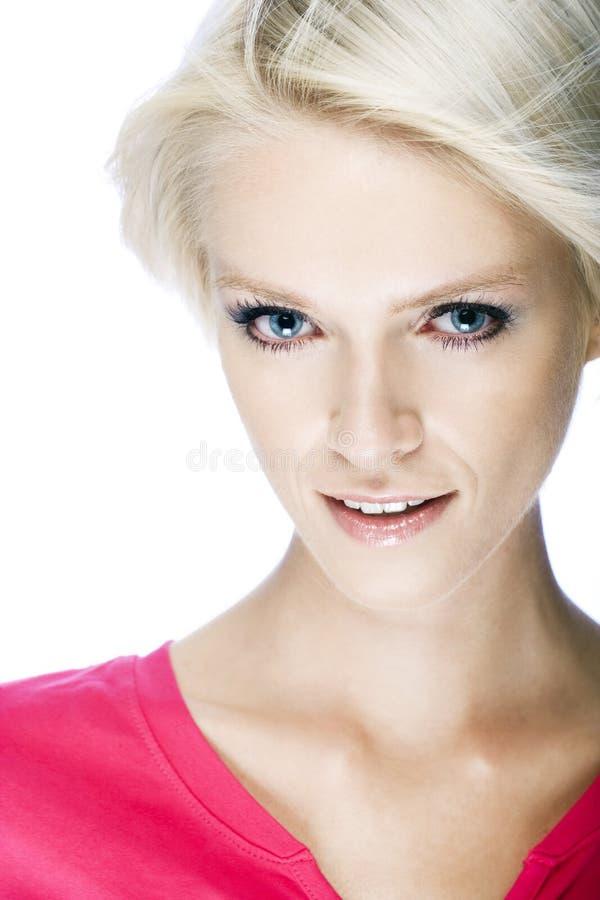 Träumerisches Porträt eines schönen blonden Mädchens lizenzfreie stockfotografie