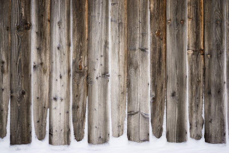 Trävägg för gammal tappning med snö Vinter- och julbakgrund fotografering för bildbyråer