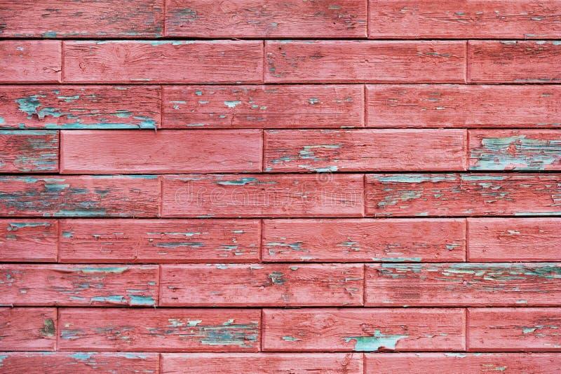 Trävägg med röda horisontalbräden som läggas i form av tegelsten royaltyfri bild
