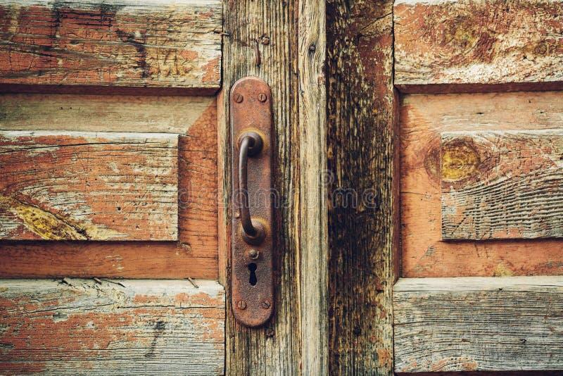 Trävägg och en dörr med ett gammalt rostigt lås fotografering för bildbyråer